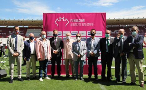 """El alcalde felicita al Albacete Balompié por haber hecho del club una """"seña de identidad"""" en el 60 aniversario del Estadio Carlos Belmonte"""