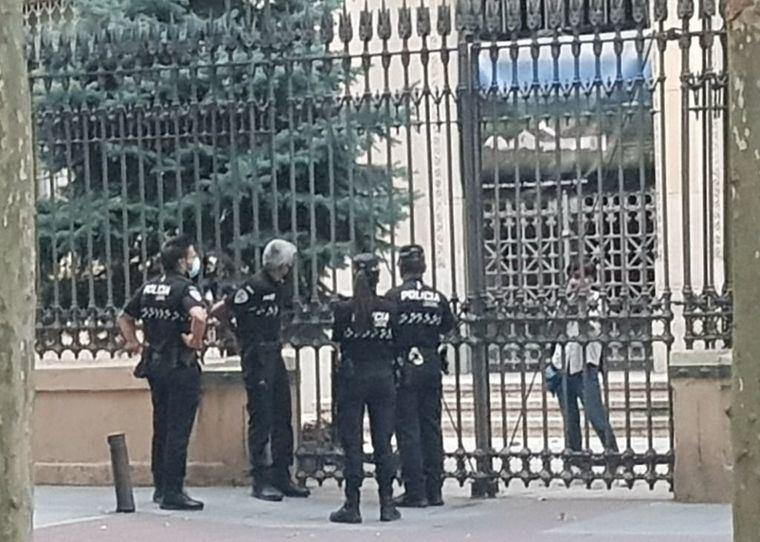 Foto: La Policía Local conversa, a través de la verja, con la mujer encerrada. (D.M.)