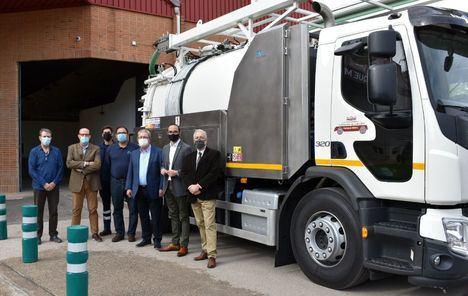 El Parque Móvil de la Diputación incorpora a su flota un nuevo vehículo para desatasque de alcantarillados que permitirá también la desinfección de vías