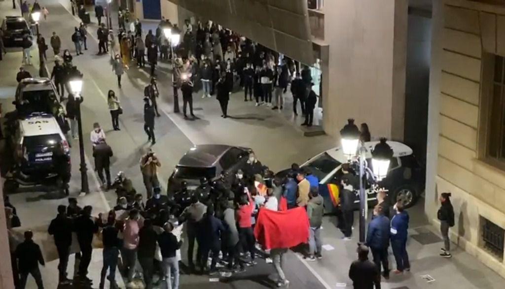 """El ministro de Cultura, José Manuel Rodríguez Uribes, recibido al grito de: """"ministro dimisión, ministro dimisión"""", a su llegada al Teatro Circo de Albacete"""