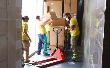 Los centros sanitarios de Castilla-La Mancha reciben más de 100.000 artículos de protección del Gobierno regional esta semana