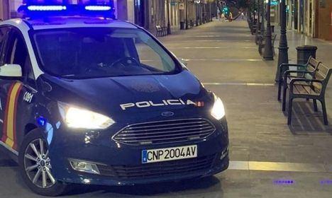 La Policía Nacional sorprende a cuatro personas incumpliendo el toque de queda que acabaron detenidos por evitar la multa