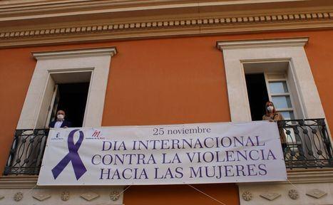 La Casa Perona instala en su fachada una pancarta institucional de sensibilización contra la violencia de género con motivo del 25 de Noviembre