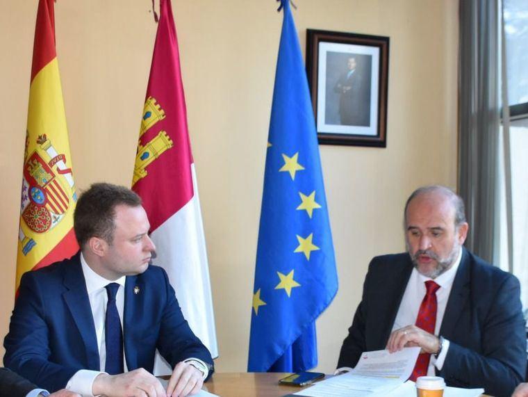 El vicepresidente de Castilla-La Mancha, José Luis Martínez Guijarro, se reúne con el alcalde de Albacete, Vicente Casañ