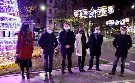 El alumbrado navideño embellece desde este viernes las calles de Albacete