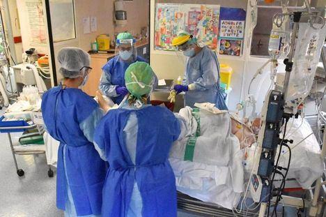 Coronavirus.- Siguen aumentando los nuevos positivos en Castilla-La Mancha, bajan ingresados en cama convencional y se reducen fallecimientos