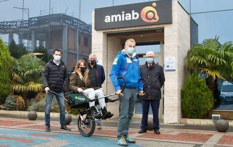 La Fundación Globalcaja Albacete colabora con AMIAB en la adquisición de una silla para la práctica de senderismo adaptado