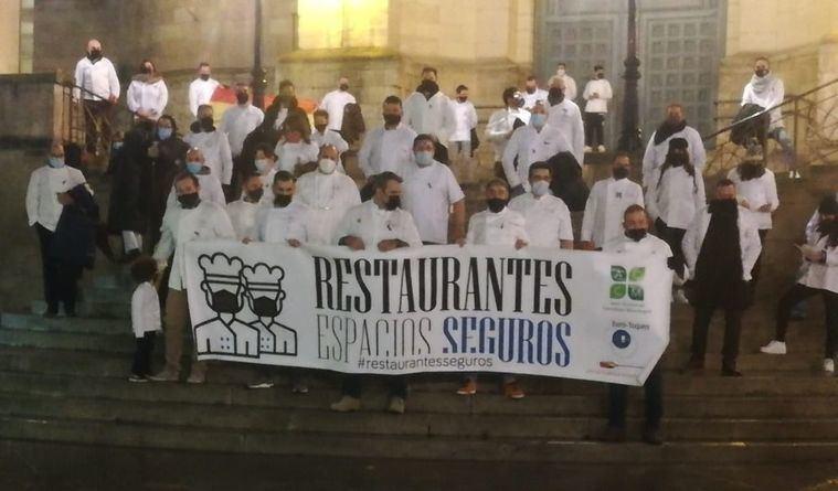 Cincuenta cocineros se han tomado las uvas en la Catedral de Albacete para visibilizar la complicada situación del sector en la despedida del año 2020
