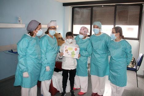 Coronavirus.- Recibe el alta médica Mateo, el niño que estuvo 11 días en la UCI del hospital de Alcázar