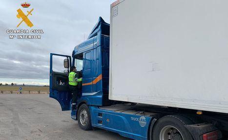La Guardia Civil investiga a dos personas que intercambiaban sus tarjetas del tacógrafo de un vehículo articulado para alargar los tiempos de conducción