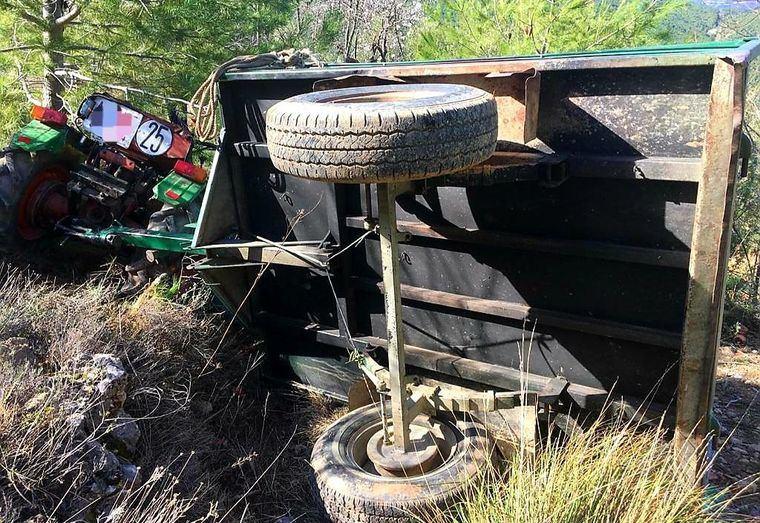 Bomberos del SEPEI de la Diputación de Albacete intervienen en la recuperación del cuerpo sin vida de un hombre tras el vuelco de su tractor Marchana (Yeste)