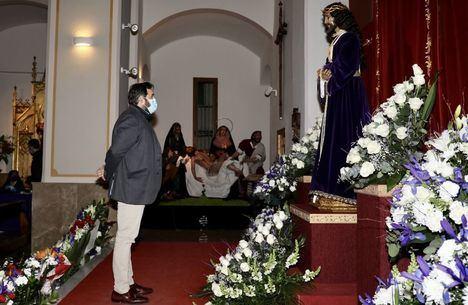 Foto: Paco Núñez en el besapiés del Cristo de Medinaceli de Hellín.