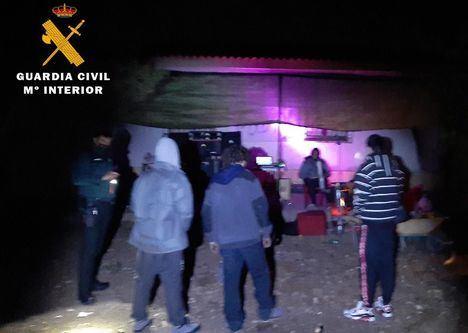Sucesos.- Disuelven una fiesta de 10 personas con alcohol y drogas en una casa de campo en Almansa (Albacete)