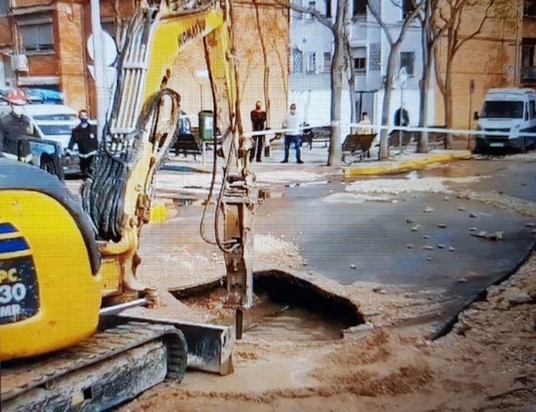 Sucesos.- La rotura de una tubería ocasiona un socavón a las puertas de las Urgencias del Hospital de Albacete