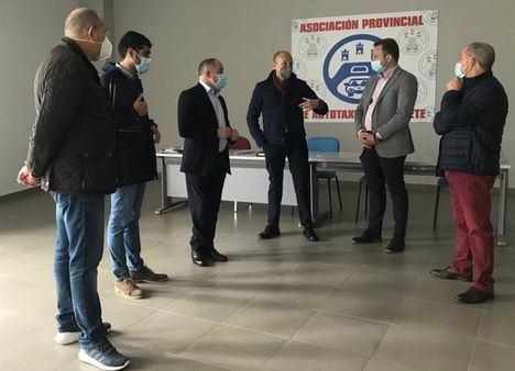 El Ayuntamiento Albacete plantea a los taxistas de la ciudad establecer una línea de colaboración económica con el sector