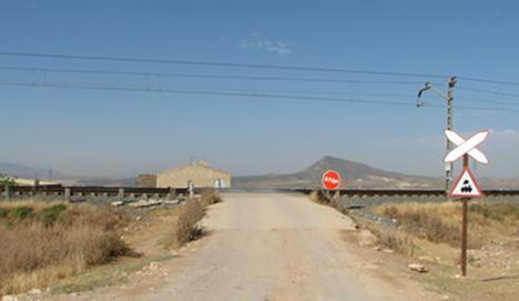 Fallece tras ser arrollado por un tren el vehículo que conducía en un paso a nivel de Caudete (Albacete)
