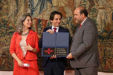 Foto Archivo: Recogida del reconocimiento del año anterior por parte de el director gerente de Aguas de Albacete, Pepe Belda.