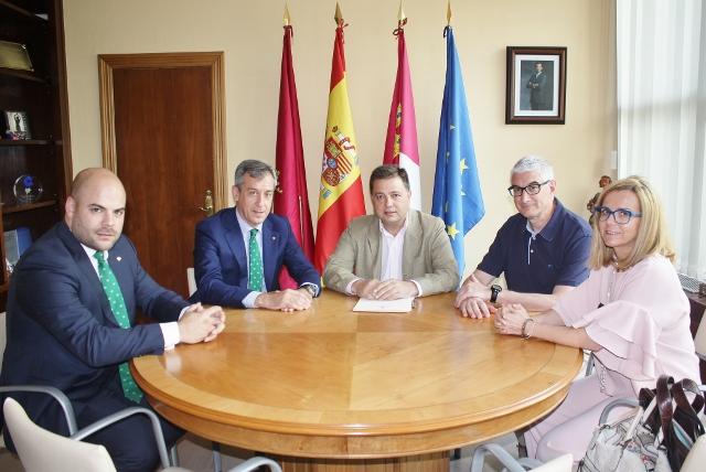 Fotografía (izquierda a derecha): Director Territorial Caja Rural CLM Albacete, Presidente Caja Rural CLM, Alcalde Albacete, Concejal de Hacienda, Directora OP Caja Rural CLM Albacete.