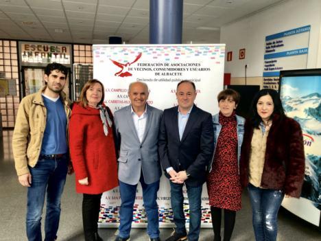 El candidato socialista, Emilio Sáez, asiste a la Asamblea General de la FAVA