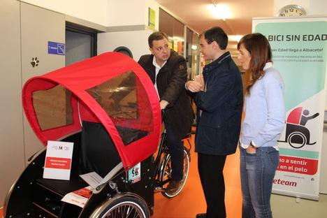 El alcalde agradece a los jóvenes que durante esta semana participan en el curso de voluntariado juvenil 'En bici sin edad'