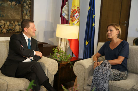 El presidente de Castilla-La Mancha, Emiliano Garcia-Page, cuando recibió en el Palacio de Fuensalida a Maria Dolores de Cospedal. (Foto: Ignacio López // JCCM)
